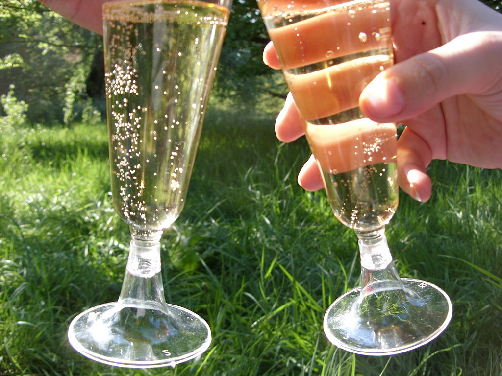 1024px-Champagne_glasses